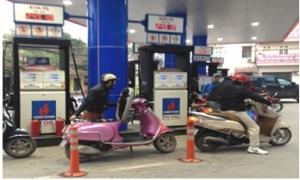 Giá xăng giảm gần 1.200 đồng/lít