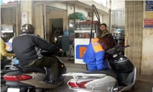 Giá xăng giảm 373 đồng/lít