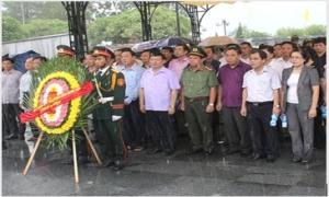 Đoàn cán bộ tỉnh Hưng Yên viếng nghĩa trang liệt sỹ quốc gia tại tỉnh Quảng Trị